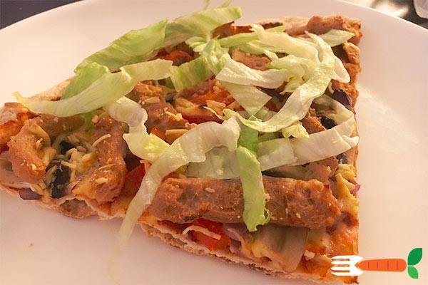 hjemmelavet vegansk pizza med 'kylling'