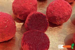 veganske hindbærkugler af marcipan og frysetørret hindbær